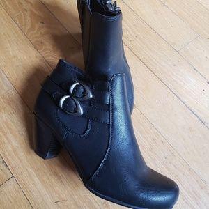 Baretraps Size 8 black booties